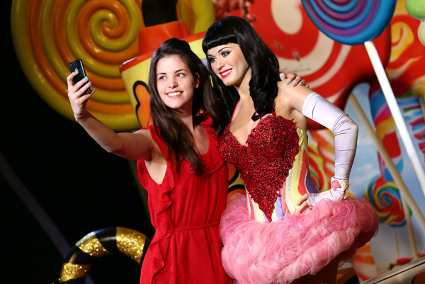 Fan-Tansy-Radcliffe-James-takes-a-'selfie'-as-wax-figure-of-Katy-Perry