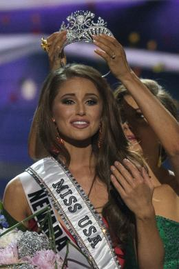 Miss Nevada Nia Sanchez is crowned by Miss USA 2013 Erin Brady after winning the 2014 Miss USA beauty pageant in Baton Rouge, Louisiana
