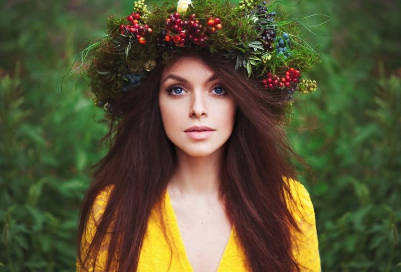 girls in floral wreaths 02