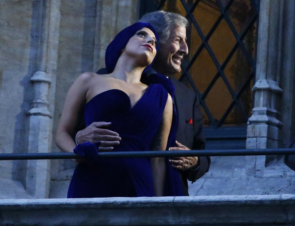 U.S. singers Lady Gaga and Tony Bennett pose on the balcony of Brussels townhall after a news conference, ahead of their concert, at Brussels Grand Place
