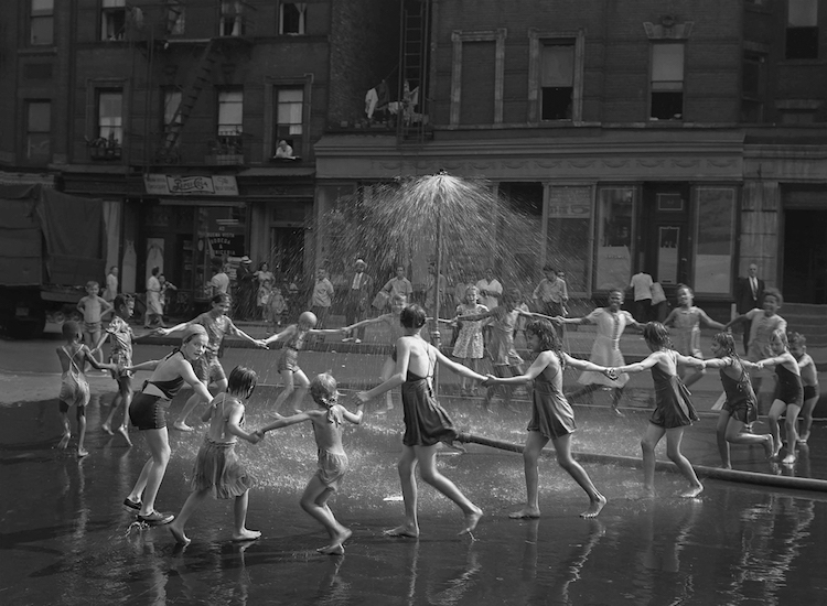After WWII Street Photos Capture Simple Joys of Life in New York 10