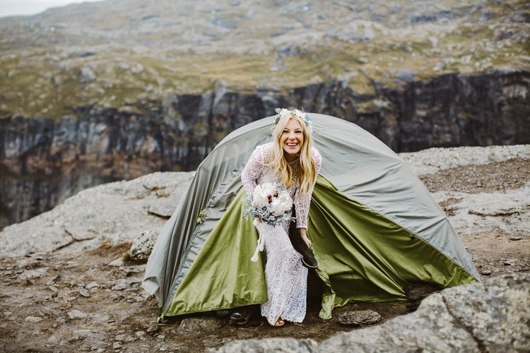 Photographer Hike Bravely 14 Hours for Taking Awesome Wedding Photos 30