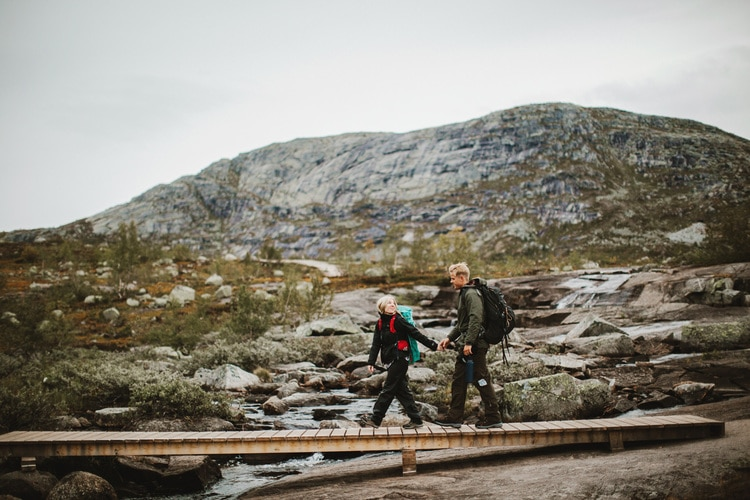 Photographer Hike Bravely 14 Hours for Taking Awesome Wedding Photos